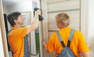 installation d'une porte en bois